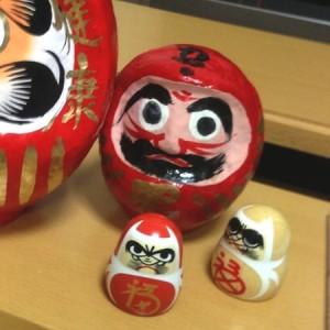 小さい二つが愛宕神社の「だるまみくじ」
